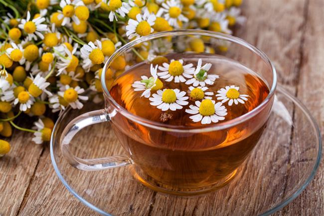 14.PAPATYA ÇAYI  Papatya, Ortaçağ'dan bu yana tıbbi amaçlı kullanılan bir bitkidir. En çok çay biçiminde satılır. Papatya çayının, iyileşme için önemli olan dinlendirici bir uykuyu teşvik ettiğine inanılıyor. Araştırmalar, papatyanın enfeksiyonla mücadeleye ve ağrıyı azaltmaya yardımcı olabileceğini göstermiştir.  Hoş, hafif bir aroma ve lezzete sahiptir. Diğer bitkisel çaylar gibi, papatya da kafein içermez. Papatya çayı, uykuyu teşvik eder, enfeksiyonla mücadeleye yardımcı olur ve boğaz ağrısını hafifletir.