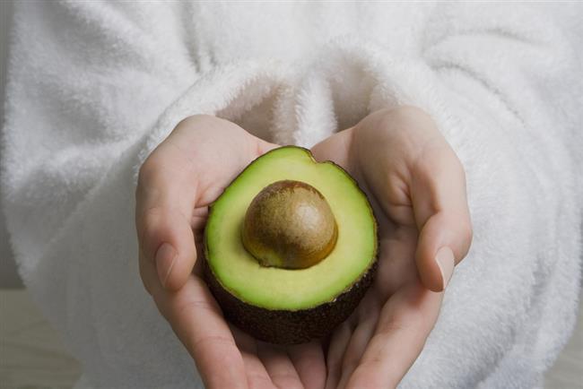 Bir bütün avokadoyu limon ile afiyetle kahvaltıda yiyebilirsiniz. (Mayonez veya başka sos yok.)