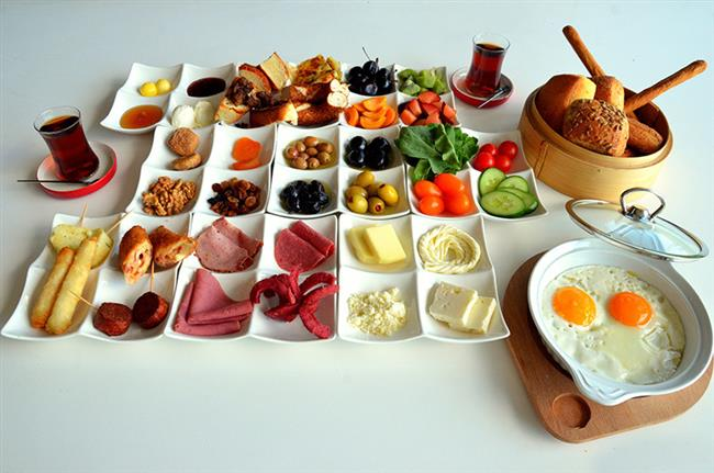 Sabah Kahvaltınızı Mutlaka Yapın!  Kahvaltıda besleyici gıdaların tüketilmesi gün içerisinde acıkmayı önler. İştahın azalmasını ve dolayısı ile kilo verme sürecini destekler.