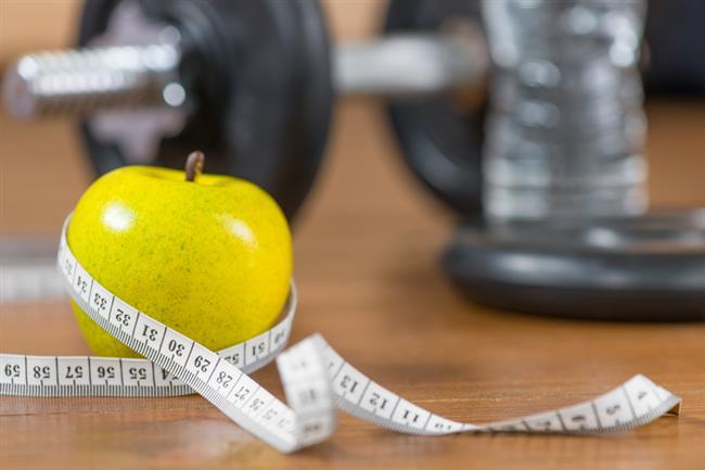 -Yaptığınız sporu uyku, beslenme ve stresinizi yöneterek destekleyin. Sağlıklı ve aktif bir yaşam için spora başlarken sağlıklı beslenmenin öneminin de iyi bilinmesi gerekir. Kişi her ne kadar sporu yoğun olarak yapıp kalori yaksa da, düzensiz beslendiği takdirde tüm çabaları boşa gidebilir.   -Dengeli beslenmenin yanında düzenli uyku da çok önemlidir. Sporda yorulan kaslar dinlendirilerek tekrar yapılandırılmalı ve bir sonraki egzersiz için direnç kazanılmalıdır. Stresi yönetmek de bu noktada öne çıkmaktadır. Vücudumuzda olumsuz etkilere sebebiyet verebilecek olan kaygıyı, mümkün olduğunca kontrollü bir şekilde yöneterek etkileri en aza indirmek gerekmektedir