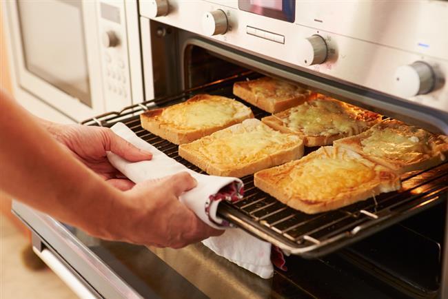 3-Yemek pişirirken fırının kapağını gerektiğinden fazla açmayın. Kapağı her açışta fırın sıcaklığının 25-30 derece düştüğünü unutmayın. Ayrıca cam ve seramik kaplar tercih ederseniz fırın sıcaklığını 15 derece düşürebilirsiniz.