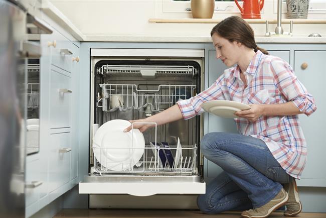 5-Bulaşıklarınızı makinede yıkayın. 60 derece sıcaklık yerine, 50 derecede yıkayarak da yüzde 10 daha az enerji tüketebilirsiniz.