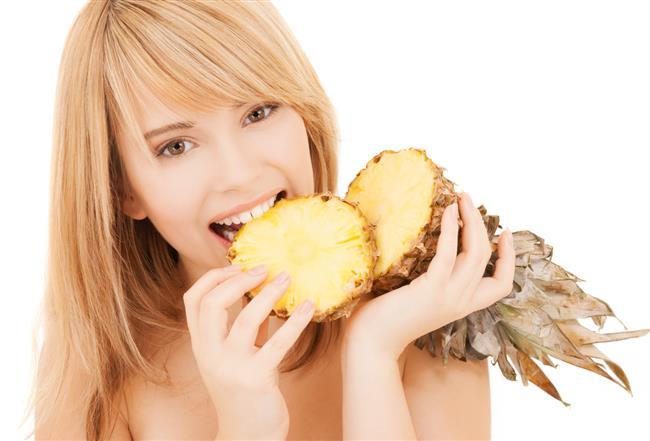 Hızlı yağ yakıyor, kabızlığı önlüyor  Yüksek besin değeri ve antioksidan özelliği ile özellikle son yıllarda ülkemizde de Ananasın yaygınlaştığını belirten ve kilo sorunu olanlar için ideal bir seçim olduğunun altını çizen Sağlıklı Beslenme ve Diyet Uzmanı Taylan Kümeli, bu meyvenin kilo vermek için oluşturulan pek çok diyet listesinde görüleceğini söylüyor.   Kümeli, besin lifi bakımından zengin olan Ananasın kabızlık başta olmak üzere çeşitli sindirim sorunlarına karşı tüketilmesi için önerilen meyveler arasında ilk sıralarda geldiğini ifade ediyor.