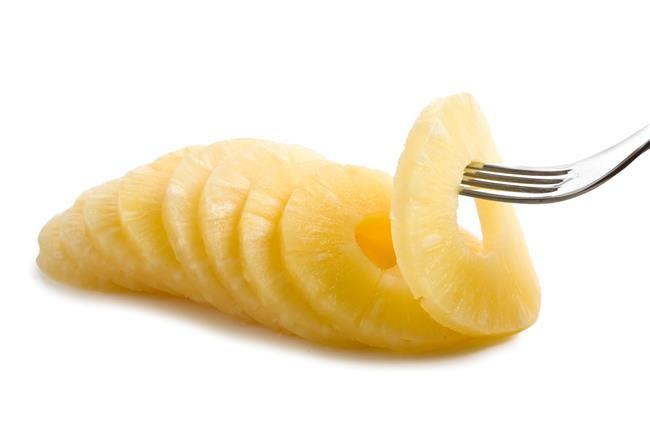 Ananasın Kalorisi ve Besin Değerleri:  100 gram kabuğu soyulmuş ananas;  •50 kalori  •0.5 gram protein  •9.8 gram şeker  •1.4 gram besin lifi (günlük ihtiyacın %6'sı)  •58 IU A vitamini (günlük ihtiyacın %1'i)  •47.8 mg C vitamini (günlük ihtiyacın %80'i)  •0.7 mcg K vitamini (günlük ihtiyacın %1'i)  •0.1 mg B1 vitamini (günlük ihtiyacın %5'i)  •0.5 mg B3 vitamini (günlük ihtiyacın %2'si)  •01. mg B6 vitamini (günlük ihtiyacın %6'sı)