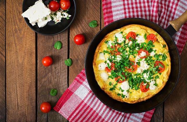 Sebzeli omlet tarifi malzemeler:  6 adet yumurta 2 adet domates Yarım demet maydanoz Yarım demet dereotu Yarım demet yeşil soğan 2 su bardağı lor peyniri 1 kahve fincanı kekun 1 kahve fincanı süt 2 yemek kaşığı zeytinyağ 1 çay kaşığı karabiber 2 çay kaşığı tuz   Sebzeli omlet tarifi hazırlanışı:  Yumurtaları iyice çırpın ve içine kıyılmış dereotu, yeşil soğan, lor peyniri, karabiber ve tuzu koyup karıştırın. Kekun ve süt ilave ettikten sonra karışımı, çatal yardımıyla iyice çırpın. Hazırladığınız karışımı, yağlanmış büyük bir tavaya dökün. Çok kısık ateşte, tavayı sallayarak bir tarafını pişirip omleti kenara alın.  Tavaya domatesleri koyun, omletin pişmeyen tarafını domateslerin üstüne koyup yine sallayarak pişirin. Haşlanmış sebzelerle servis yapabilirsiniz.