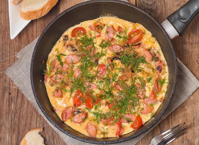 Sosisli mısırlı yumurta tarifi malzemeler:  2 adet yumurta  1/4 su bardağı süt  2-3 yemek kaşığı un 5-6 tane sosis  1/4 kase konserve mısır  Bir çay kaşığı tuz  1 yemek kaşığı yağ   Sosisli mısırlı yumurta tarifi hazırlanışı:  Geniş bir kaseye yumurtaları kırıp üzerine süt, un ve tuzu dökerek mikserle karıştırın. Elde ettiğiniz karışıma sosis ve mısırları ekleyin. Teflon tavaya yağı dökün. Yağ ısındıktan sonra karışımı dökün ve tavaya eşit şekilde dağıtın.