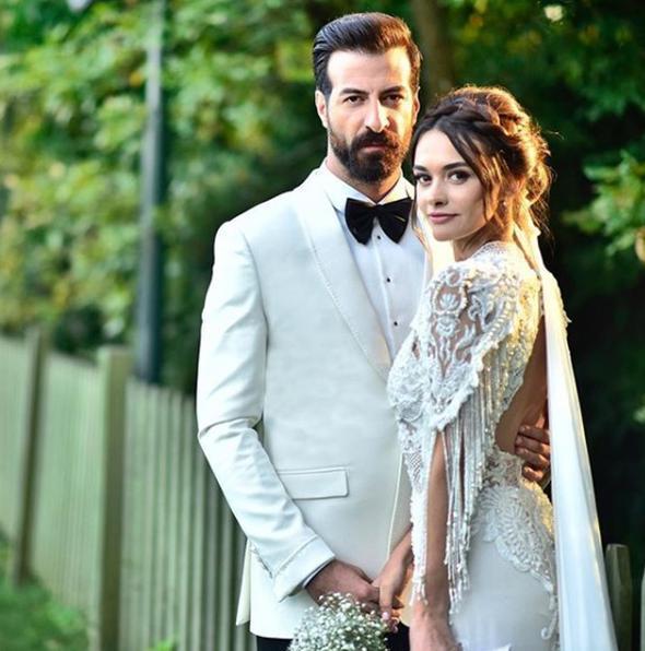 Ünlü oyuncu Hande Soral ve meslektaşı İsmail Demirci, dün akşam evlendi.  Hande Soral'ın gelinliğini, Sinem Kobal ve Burcu Kara gibi ünlü isimlerin gelinliklerini de tasarlayan modacı Tuvana Türkay tasarladı.