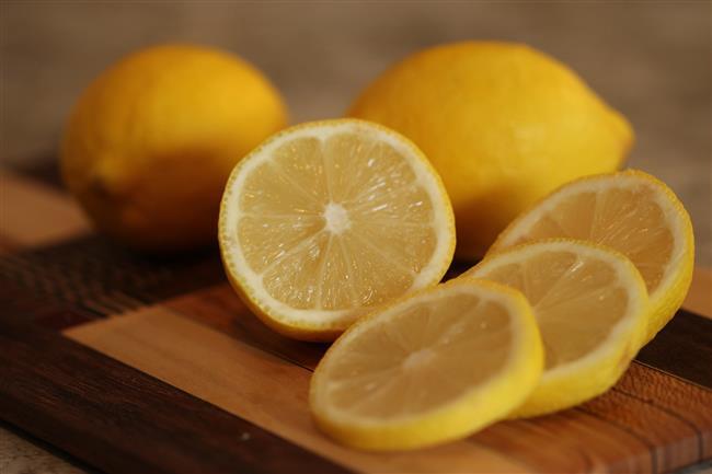 Limon Maskesi  Bu karışım akne izlerinden kurtulmaya, donuk ve kuru cildi canlandırmaya yardımcı olur.  Malzemeler:   ● 1 yumurta beyazı  ● 1 tatlı kaşığı bal  ● 1 tatlı kaşığı süt  ● 1 tatlı kaşığı limon suyu  Nasıl hazırlanır?   ● Yumurta beyazını iyice çırpın.  ● Geriye kalan malzemeleri yumurta beyazının içine ekleyin ve her şeyi iyice karıştırın.  ● Karışımı daha yapışkan hale getirmek için yulaf gevreği eklemeyi deneyebilirsiniz.  Uygulama:   ● Yüz maskesini dikkatlice uygulayın ve 15 dakika bekletin.  ● Maskeyi sıcak kompres uygulayarak çıkarın.  ● Birkaç damla papatya infüzyonu katarak yüzünüzü suyla durulayın.