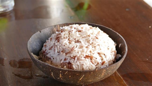 """MİKROBU ÖLMEYEBİLİYOR  Kuzey Carolina Üniversitesi Gıda Güvenliği Uzmanı Benjamin Chapman, yaptığı araştırma doğrultusunda bilgi verdi.  Pirinci pişirdiğinizde pirinçte bulunan bacillus cereus mikrobu ölmeyebiliyor.  <a href=  http://mahmure.hurriyet.com.tr/foto/diyet-fitness/yag-yakan-ev-yapimi-7-icecek-tarifi_42568/  style=""""color:red; font:bold 11pt arial; text-decoration:none;""""  target=""""_blank"""">  Yağ Yakan Ev Yapımı 7 İçecek Tarifi"""