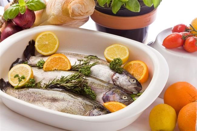 """Kırmızı et ve tavuk etine göre daha az düzeyde yağ ve doymuş yağ içeren balık, Omega 3'ün yanı sıra kaliteli proteinler, vitaminler ve mineraller yönünden çok zengin bir besindir.  Olcay Barış, balığın folik asit, fosfor, kalsiyum, iyot ve selenyum gibi mineraller içeriğiyle de çok zengin bir besin ve iyi bir protein kaynağı olduğunu belirterek;  """"B grubu vitaminlerden tiamin (B1), niasin (B3), pridoksin (B6), B12 ve yağda eriyen vitaminlerden A ve D'nin iyi kaynakları olarak kabul edilen balığın 100 gramı, özellikle A vitamini gereksiniminin yüzde 10-15'ini karşılıyor"""" dedi."""