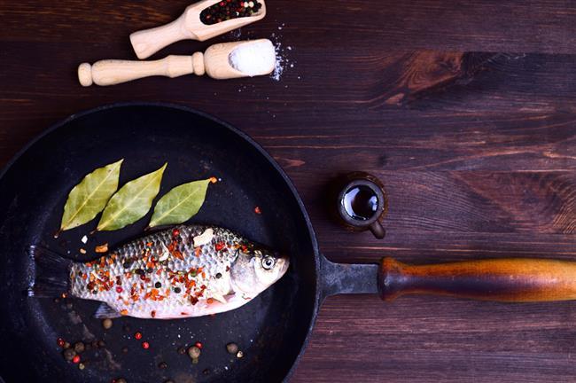 PİŞİRME YÖNTEMİNE DİKKAT!  İçeriğindeki sağlıklı yağların bozulmaması ve fazla yağ tüketiminden kaçınmak için balığı yağda kızartmak yerine, haftada en az iki kez fırında, ızgara veya buğulama şeklinde tüketmeyi ihmal etmeyin.   Çok üzücü ama yılda kişi başında sadece 8 kg balık tükettiğimizi biliyor muydunuz? Haftada en az 2 gün mevsiminde balık tüketmeye dikkat etmeliyiz.
