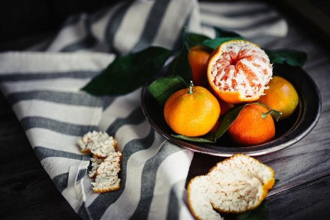 """SİNDİRİM SORUNLARI:   •Kurutulup veya çekilmiş portakal ve mandalina kabuğu kullanabilirsiniz.   •Hazırlayacağınız tozu, yemeklerinize veya tatlılarınıza ekleyerek mide ağrılarınızı ve sindirim sorunlarınızı azaltabilirsiniz.   <a href=  http://mahmure.hurriyet.com.tr/foto/diyet-fitness/zayiflatan-5-cay-tarifi_42590/  style=""""color:red; font:bold 11pt arial; text-decoration:none;""""  target=""""_blank"""">  Zayıflatan 5 Pratik Çay Tarifi"""