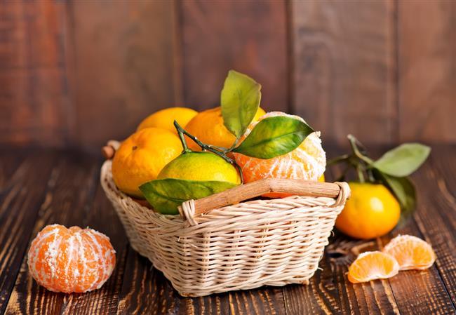 """Tüm bu faydalarının yanı sıra;  •Beyaz kısımları yüksek pektin içeriğine sahiptir.   •""""Pektin"""" diyet lifinin bileşeni olduğundan kolesterolü düşürmeye yardımcıdır.   •Hazımsızlığı azaltır ve bağışıklık sistemini güçlendirir.  •Bağırsaklarda dost bakterilerin kolonize olmasını sağlar.  •Kabuğundan gelen antioksidanlar meyvenin suyunu içmekten 20 kat daha güçlüdür."""