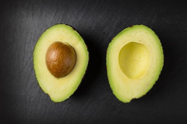 Doymamış yağ asitleri içeren, antioksidan değeri yüksek A C ve E vitaminlerinden zengin olması sebebiyle avokado tüketmek karaciğer detoksu için önemlidir.
