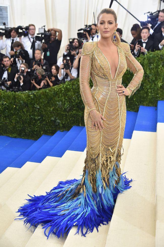 2017 Met Gala'da uçlarında mavi tüyleri bulunan bu tasarım elbisesiyle görüntülenmişti.