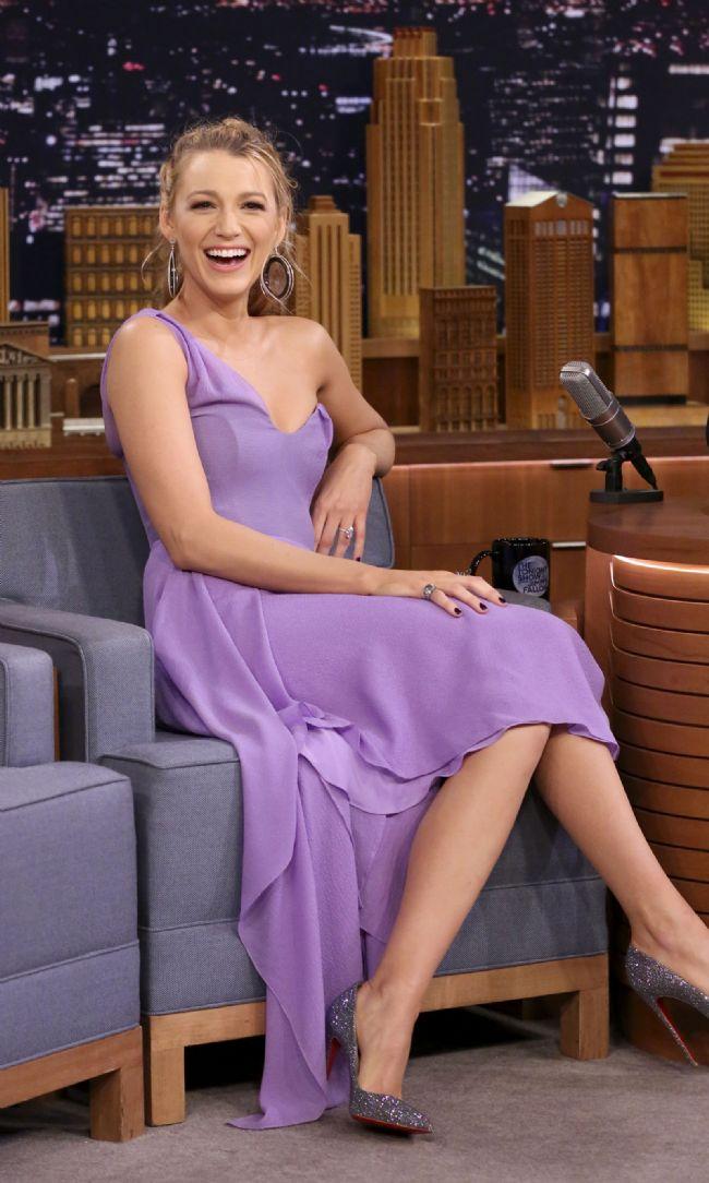 The Tonight Show'a katılan Lively, mor tek kollu sade bir elbise tercih etmişti.