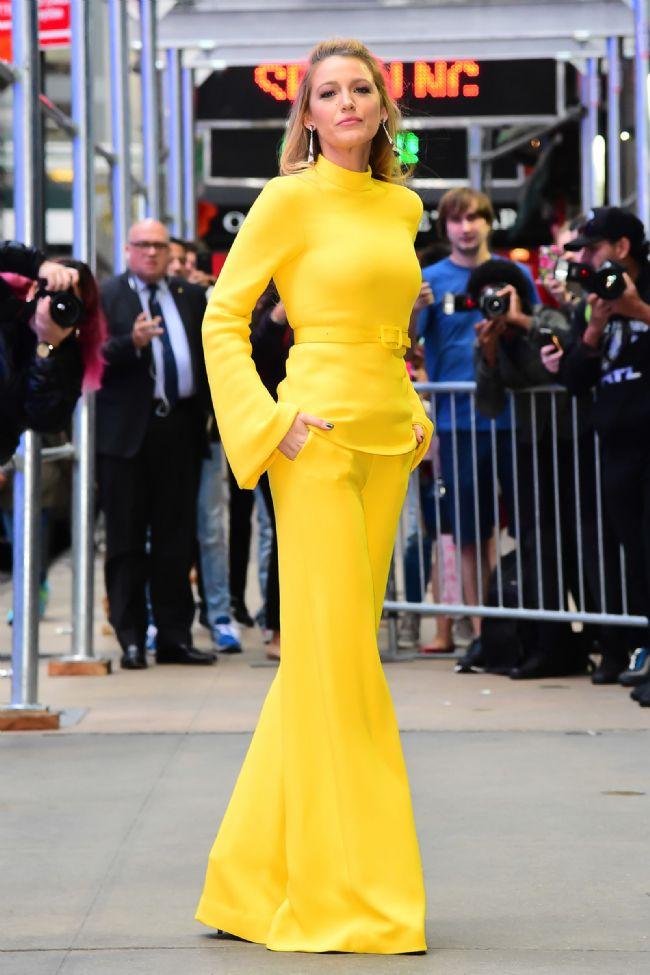 All I See Is You gösterimlerinde monokrom bir tarzla karşımıza çıkan aktör, sarı rengini kombinlerinde sıkça kullanmaya devam ediyor.