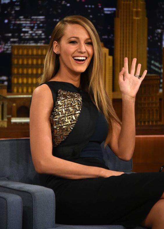 TV Showlarında da yer alan oyuncu, bir programda siyah detaylı bir elbise tercih etmişti.