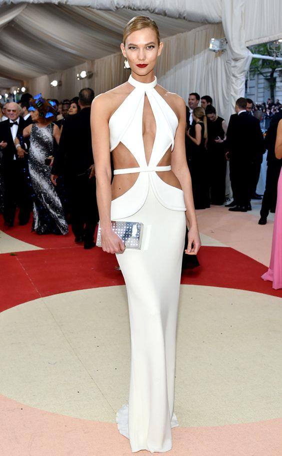 Kırmızı halıdaki şıklığı göz kamaştıran model Karlie Kloss, bembeyaz bir görünüm tercih etmişti.