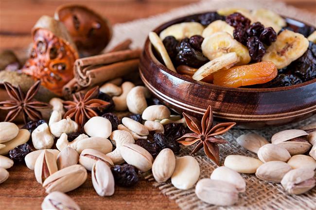 Ara atıştırmalar yapın:  Kuru yemiş, kuru meyve, bisküvi, meyve gibi ara atıştırmalar metabolizmanın hızlanmasını sağlayacaktır.   Ayrıca kan şekerinin düşmemesi ve dengeli kalması nedeni ile bir sonraki öğünde daha az besin tüketirsiniz.