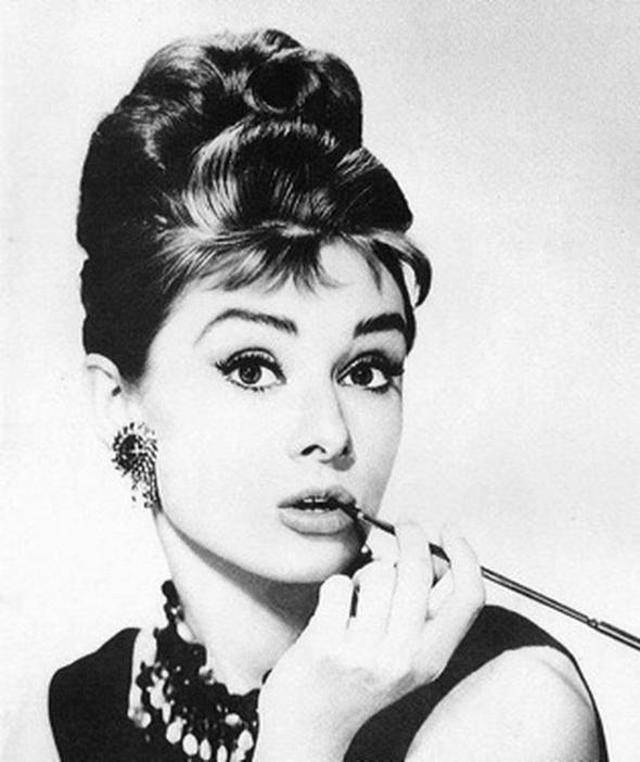 Arı kovanı modeli Uzun saçın arı kovanı olarak toplanıldığı saç kesimi ilk olarak Audrey Hepburn ile ikonikleşti. Yıllar sonra da Amy Winehouse ile yeniden popülerleşen saç modeli hâlâ sevilerek kullanılıyor.