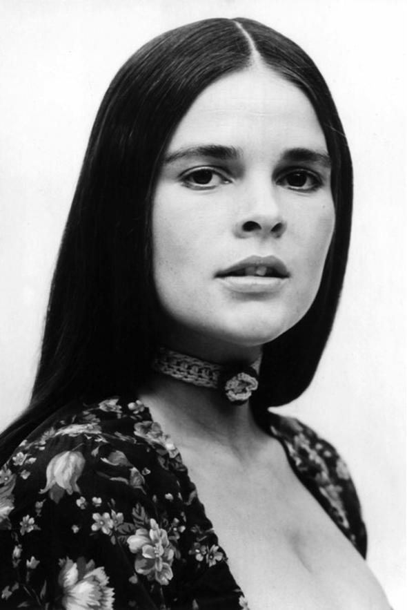 Doğal uzun saçlar Ortadan ayırdığı, uzun saçlarının doğallığıyla dikkat çeken Ali MacGraw, 70'lerin moda ikonu olarak anılıyor.