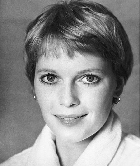 Kısa saçın sevilen hali;peri kesim Kısa saç severler için en ikonik saç modeli peri kesim, Mia Farrow ile popülerleşmişti.
