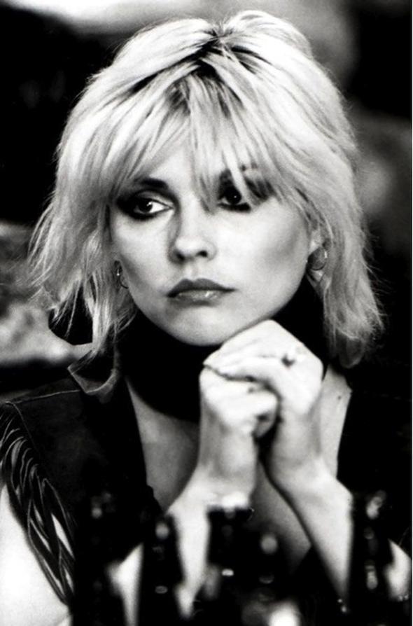 Küt, kâküllü ve kabarık 1980'li yılların ünlü şarkıcısı Debbie Harry sayesinde ikonikleşen saç şekli, hâlâ birçok insan tarafından severek kullanılıyor.