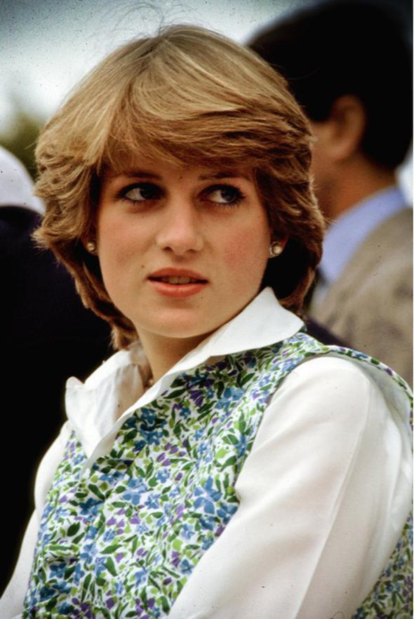 Kısa ve havalı saç modeli Kısa ve kabarık saçlarının doğallığıyla herkesin örnek aldığı Leydi Diana Spencer'ın saç modeli, yıllarca dünyanın her yerindeki kadınlar tarafından severek kullanıldı.