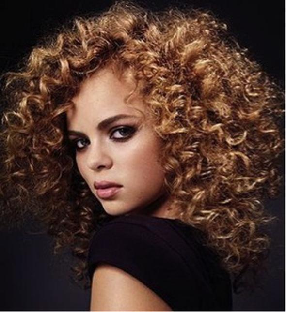 Perma Bukleli saçların uzun süre kullanılabildiği yöntem perma, 1980'lerde ikonikleşerek moda olan saç modellerinden. Annelerimizden hatırlarsınız.