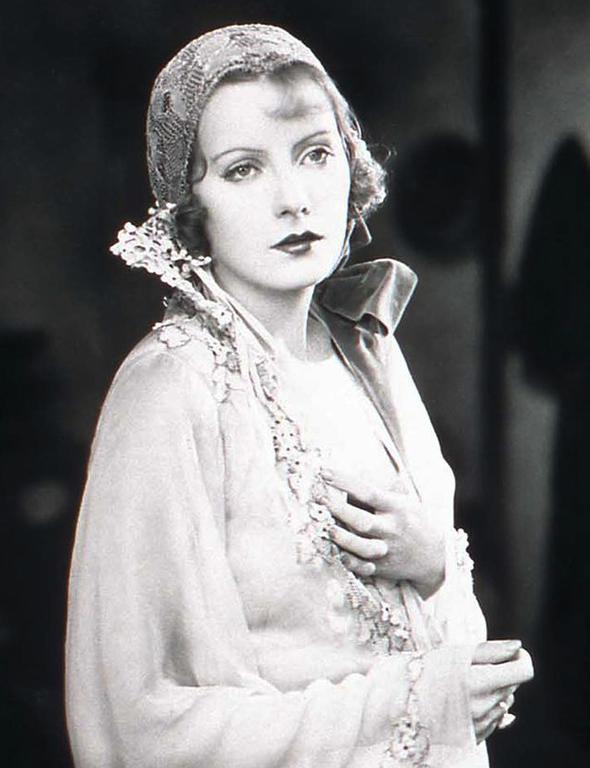 Greta Garbo  Efsanevi İsveçli oyuncu Garbo, hafif androjen tarzı, rahat ve klasik görüntüsüyle herkesin kalbini çalmayı başardı. Bu onun kişiliğinin bir yansıması haline geldi.