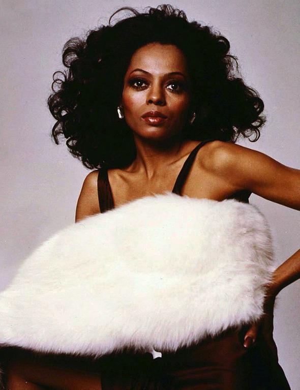 Diana Ross  Modern zamanlarda kadınların nasıl görünmesi gerektiğini hepimize öğreten isimdir Diana Ross. Whitney Houston, Beyonce, Rihanna gibi modern zaman divalarının öncüsüdür.