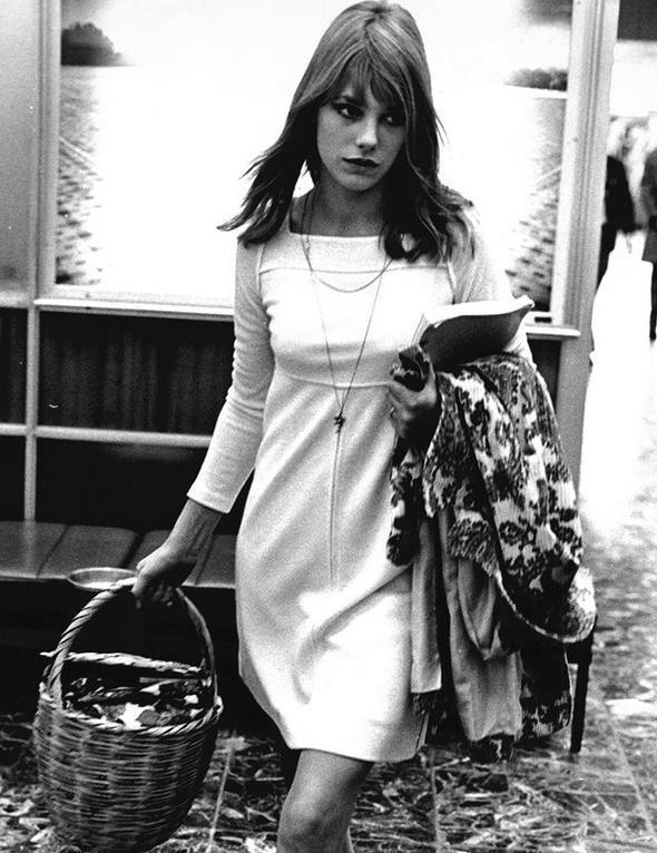 Jane Birkin  Bu sezonun en gözde parçalarından biri olan basket çantaların en iyi kullanıcılarından biri olmasının yanı sıra her döneme ilham verecek bir stili vardı kendisinin.