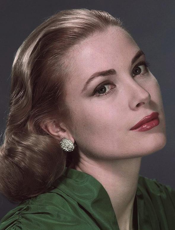 Grace Kelly  Hollywood yıldızlığından bir prensese dönüşümünü bütün dünyanın hayretle izlediği Grace Kelly stilini prensesken de korumayı başardı, o naif çizgisinden kaymadı.