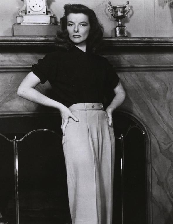 Katharine Hepburn  Onun neden çok sevdik? Bağımsız ruhunu yansıtan erkeksi giyim tarzını en iyi parçalarla ortaya koyduğu için tabii ki. Kusursuz güzelliği de cabası!