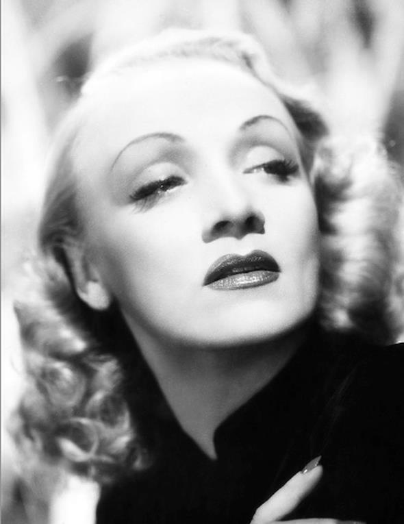 Marlene Dietrich  Dietrich, akıllıca uyarladığı erkeksi tarzı ve takım elbise kullanımıyla döneminin en ilgi çekici kadınlarından biri olmayı başardı. Bütün bu erkeksiliğine karşın 20'li ve 30'lu yılların siyah beyaz ekranlarının en kadınsı görüntülerinden birine sahip oldu.