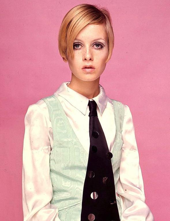 Twiggy  1960'lı yıllarda moda sahnesinin en öne çıkan oyuncularından biri olan Twiggy, dönemin tarzını en iyi şekilde taşıyan isimdi. Hâlâ hayranlıkla izliyoruz.