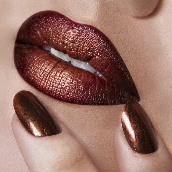 Hologram teknolojisi dudaklara geldi hanım!  Göz farı, lipstick, allık derken, her yerimiz ayrı bir gökkuşağı gibi oldu bu trend sayesinde. Özellikle metalik ve aşırı ışıltılı yeni dudaklarımızla 2017'yi yıldız olarak geçirdik.