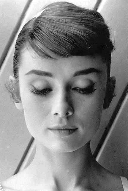 Audrey Hepburn kâkülü yapın Eğer kâkülleriniz biraz uzunsa Audrey Hepburn tadı yakalamak için kenara toplayın. Saç kurutma makinanızı kullanarak saçlarınızı kenara tarayın ve sabit kalması için saç spreyiyle düzeltin. İstediğiniz şıklığı kolayca yakalayacaksınız.