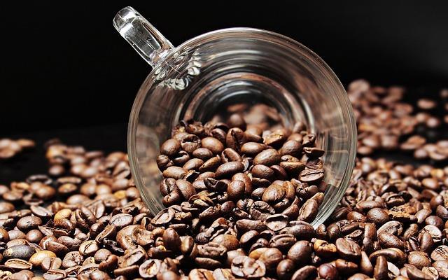Kahve  Kahve çekirdekleri onları çevreleyen kokuları üzerine alabilme özelliğine sahiptir. Bu nedenle kahveyi buzdolabına koymak kokuları otomatik olarak üstüne çekmek anlamına gelir. Yapmanız gereken tezgâh üzerinde hava geçirmez bir kavanoz içinde saklamaktır.