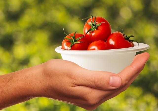 """Domates  Bu aslında tartışmalı bir konudur ancak buzdolabı meyvelerin olgunlaşmasını engeller. Bu nedenle özellikle dalında aldığınız domatesleri hemen buzdolabına sokmamanız gerekmektedir. Ancak yeterince olgunlaşmış domatesleri buzdolabınıza koyabilirsiniz.   <a href=   http://mahmure.hurriyet.com.tr/foto/saglik/mandalina-kabugu-ve-inanilmaz-faydalari_42747 style=""""color:red; font:bold 11pt arial; text-decoration:none;""""  target=""""_blank"""">  Mandalina Kabuğunu Sakın Çöpe Atmayın!"""