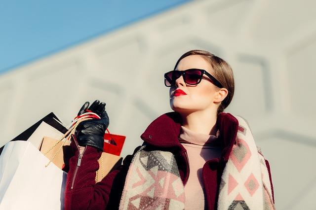 Trendlere kapılmamak  Tüm dünya trendleri yakalamak üzerine hareket ederken İtalyan kadınları zamansızlık ve yaşanmışlık üzerine gidiyor. Bu da her birinin kendine has bir stilinin olmasını sağlıyor. Geçmişten güzel parçaları kullanmayı her İtalyan kadını gayet iyi biliyor. Boşuna moda merkezi değil!