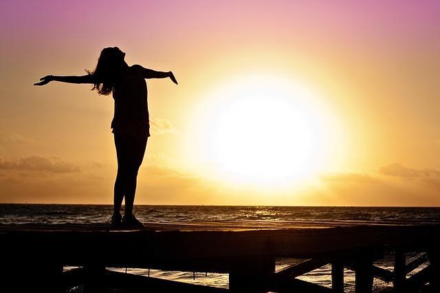 Güneşi sevmek ve kucaklamak  Güzellik ve bakım söz konusu olunca güneş her zaman bir canavarmış gibi lanse edilir ve kadınlar güneşten köşe bucak kaçar. Ancak İtalyan kadınları tam tersine güneşi adeta kucaklar. 'Günün birinde zaten kırışacak cildin için endişeleneceğine güneşin tadını çıkar' en büyük mottolarıdır.