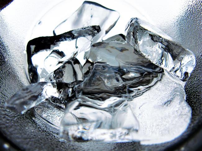 Buz  Buzun kendine getirici etkisi yadsınamaz. Bu nedenle hem ayılmak hem de cildinizi ayıltmak için buz banyosu yapmak son derece etkilidir. Bunun için yüzünüzü buzlarla dolu bir suda bir süre bekletmeniz yeterlidir. Diğer yandan işinize yarayabilecek buz küplerini satın alabilirsiniz.