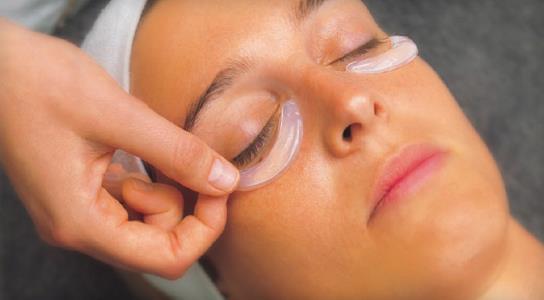 Göz maskesi  Göz maskelerini düzenli olarak uygulamak en çok hasar gören bölgeniz olan göz çevresi için hayati önem taşır. Bu nedenle fırsat bulduğunuz her zaman göz maskenizi yapın ve kendinize bunun için sadece 15 dakika ayırın. Aradaki farkı yaşınızdan çok daha genç bir göz çevresine sahip olduğunuzda göreceksiniz.