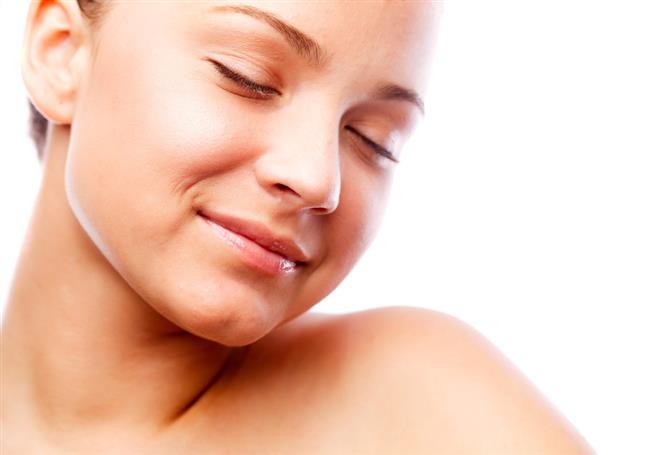 Canlı ve sağlıklı bir cilde sahip olmak her kadının hayalidir.Hele ki  kırışıklıklar, çizgiler, lekeler, sarkmalar şüphesiz biz kadınların kabusudur.Bu sorunlardan doğal yöntemlerle kurtulmak mümkün.İşte en etkili cilt güzelleştirici 6 doğal yağ..  Kaynak Fotoğraflar:İngimage