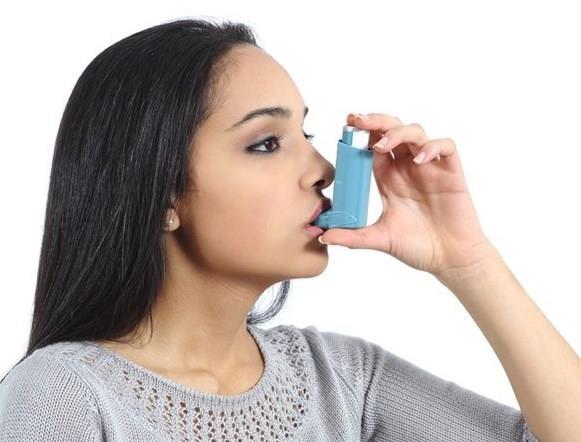 """Astım  Magnezyum eksikliği size daha zor nefes aldırmaktadır. Magnezyum oranı yüksek kişilerin daha rahat nefes aldığı araştırmalar sonucunda ortaya çıkmıştır. Astım hastalarına magnezyum takviye edildiğinde hastalarda gözle görülür bir iyileşme gözlemlenmiştir.  <a href=  http://mahmure.hurriyet.com.tr/foto/saglik/mandalina-kabugu-ve-inanilmaz-faydalari_42747 style=""""color:red; font:bold 11pt arial; text-decoration:none;""""  target=""""_blank"""">  Mandalina Kabuğunu Sakın Çöpe Atmayın!"""