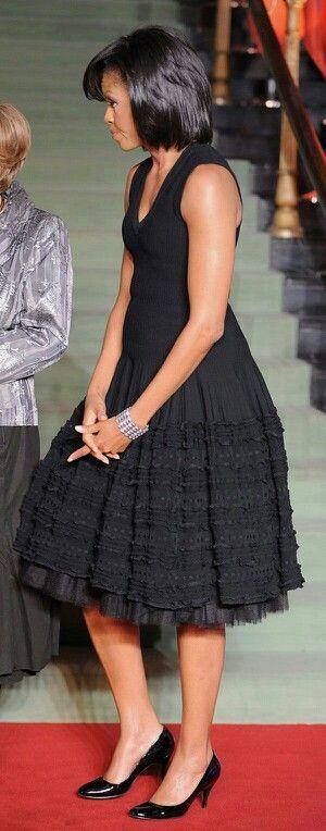 Michelle Obama  Dünyanın en sevdiği first lady Michelle Obama, oturuşu kalkışıyla birçok kadının örnek aldığı bir insan oldu. Bunun ağırlığını son derece rahat bir şekilde üzerinde taşıyan Obama, bu karizmasını minik siyah elbiseleri sık sık giyerek pekiştirdi. Her zeki kadın gibi LBD'nin karizmasının farkındaydı.