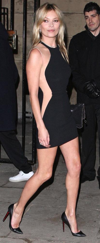Kate Moss  Kate Moss'un dönemine damga vurmuş bir mankenden fazlası olduğunu hepimiz biliyoruz. Seveni de sevmeyeni de çok olsa da kendine has tarzını dönemine başarıyla taşımış biri olduğu gerçeğini herkes kabul etsin. Onu ve onu siyah minik elbiselerini hiç unutmayacağız.