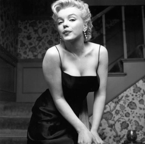 Marilyn Monroe  Dünyada seksi bir şeyler olur da, gelmiş geçmiş en seksi kadın olan Marilyn Monroe bundan eksik kalır mı? Marilyn bu seksi siyah elbiseleri kendi tarzıyla kullanan kadınlardandı. Üzerine kimi zaman bir hırka, kimi zaman bir şal alırdı.